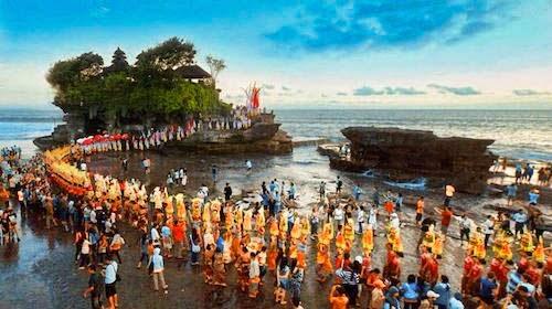 Wisata Budaya di Bali Upacara Adat di Pura Tanah Lot