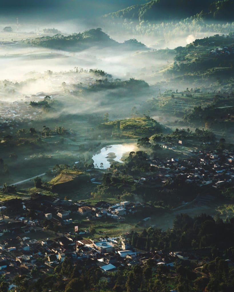 Pemandangan Gunung Putri Lembang dari atas, salah satu tempat wisata di Bandung.